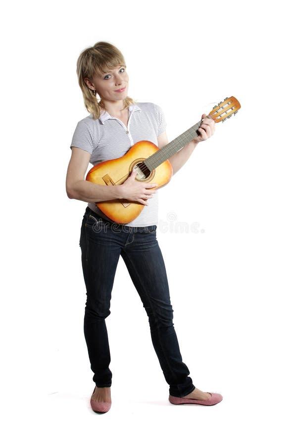 Dziewczyna z gitarą na biały tle zdjęcia royalty free