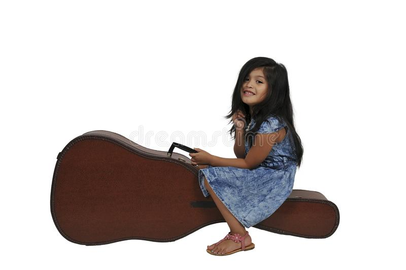 Dziewczyna z gitary skrzynką obraz royalty free