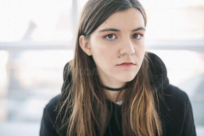Dziewczyna z gramocząsteczką nad warga Pięknego portreta ekspresyjny spojrzenie zdjęcia stock