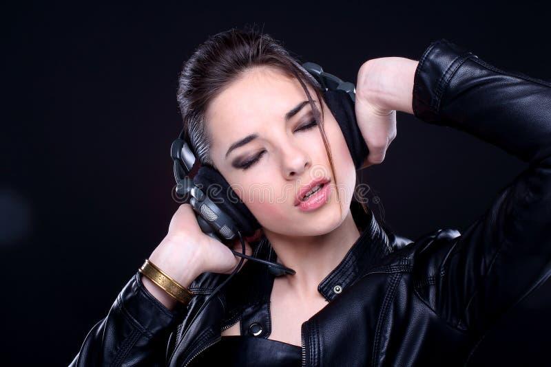 Dziewczyna z hełmofonami. obrazy royalty free