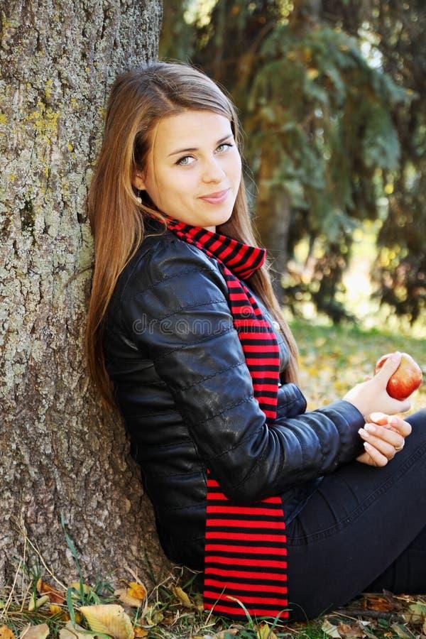 Dziewczyna z jabłkiem fotografia royalty free