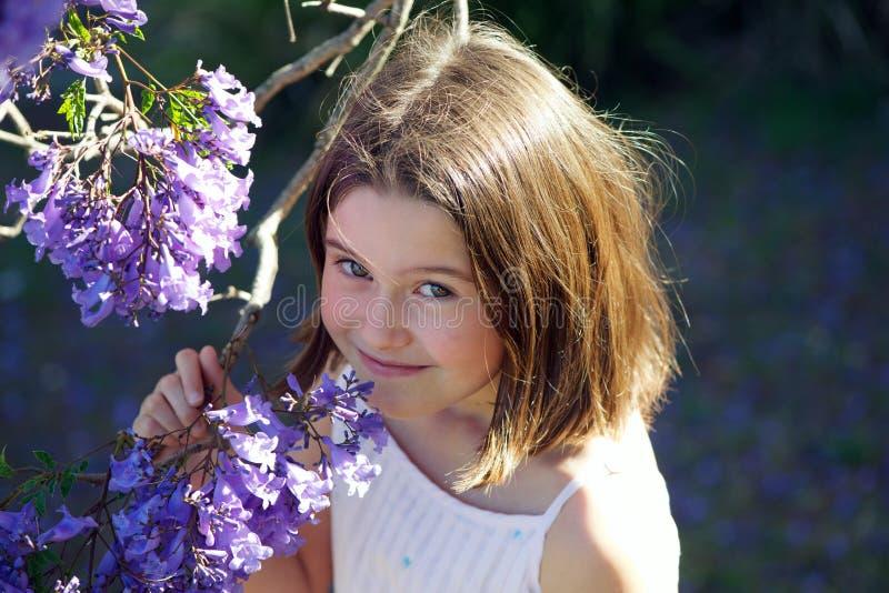 Dziewczyna z jacaranda fotografia stock