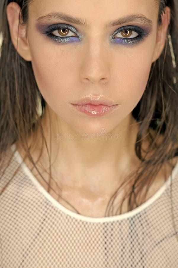 Dziewczyna z jaskrawą oka makeup twarzy skórą, skincare Kobieta z wazeliniarski długie włosy w piękno salonie Moda model z splend obrazy royalty free