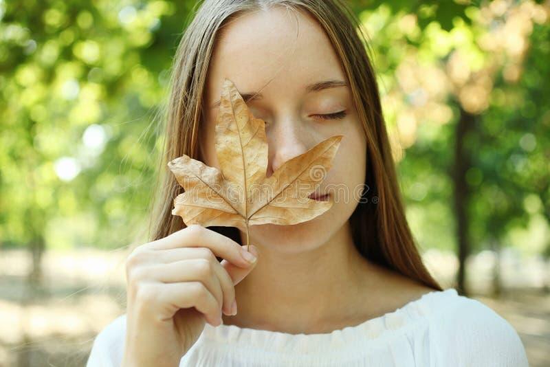 Dziewczyna z jesień liściem obraz royalty free