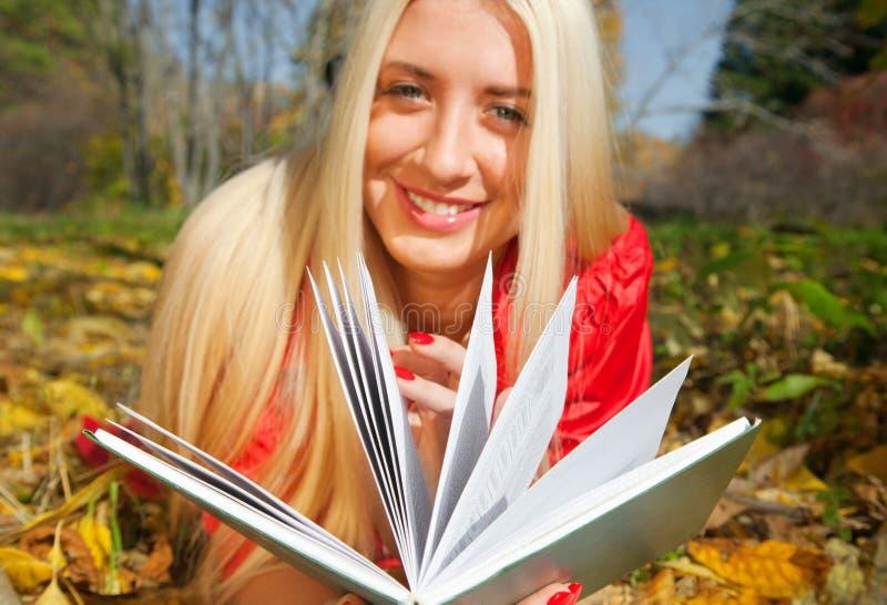 Dziewczyna z jesień parkiem w zdjęcia royalty free