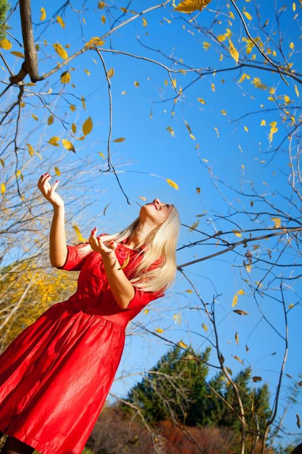 Dziewczyna z jesień parkiem w zdjęcie royalty free