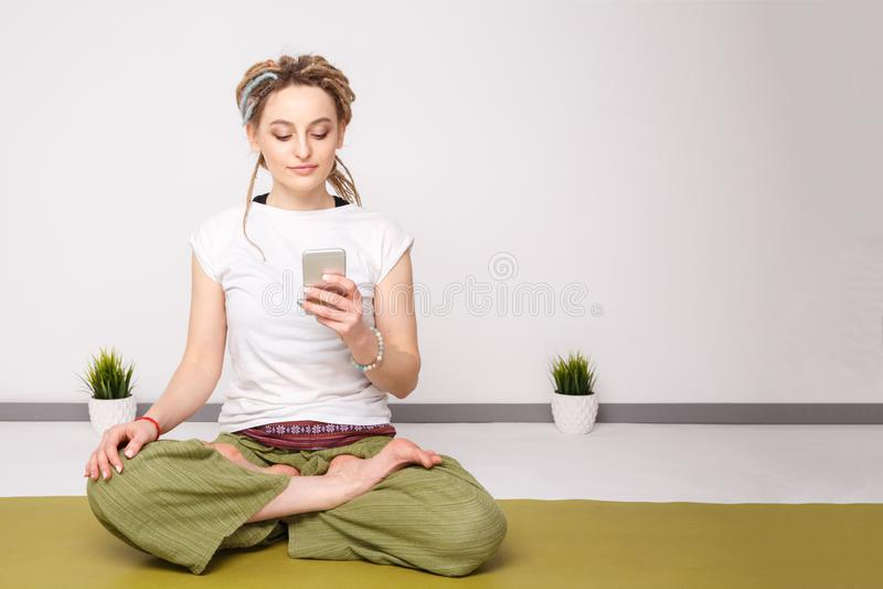 Dziewczyna z kłódkami podczas pracy telefonicznej obraz royalty free