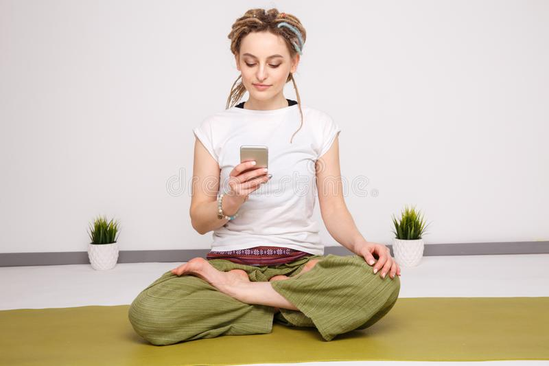 Dziewczyna z kłódkami podczas pracy telefonicznej zdjęcia royalty free