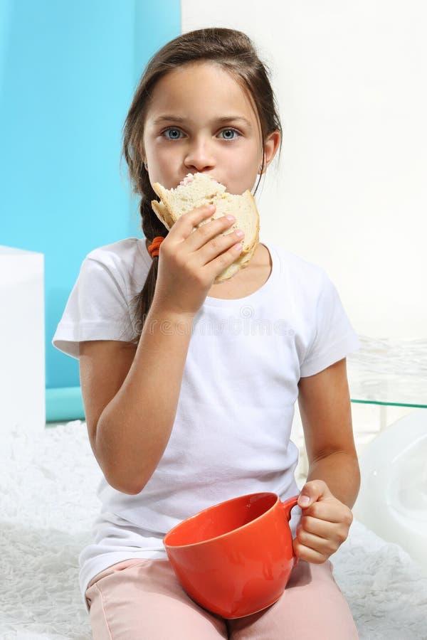 Dziewczyna z kanapką fotografia stock