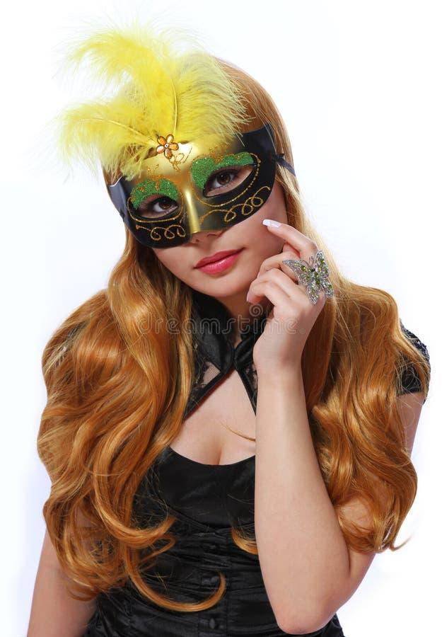 Dziewczyna z karnawał maską odizolowywającą, piękna młoda kobieta z moda motyla pierścionkiem obrazy royalty free