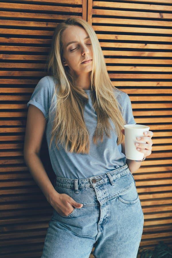 Dziewczyna z kawą cieszy się obrazy royalty free