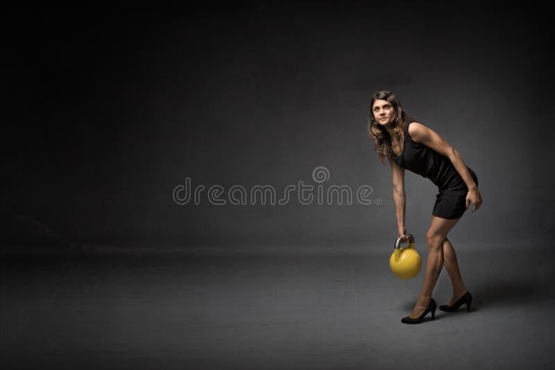Dziewczyna z kettlebell i szpilkami fotografia stock