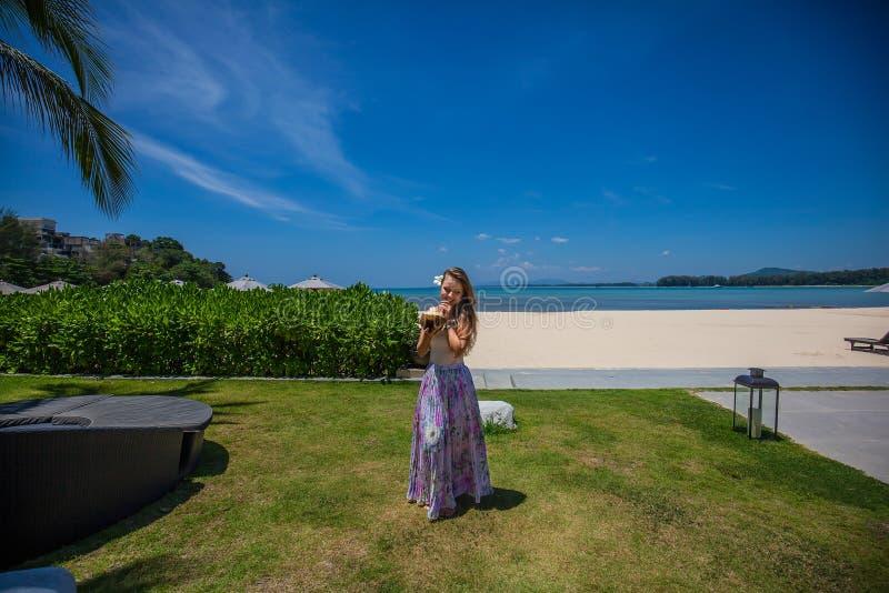 Dziewczyna z koksem przy tropikalną plażą zdjęcie royalty free