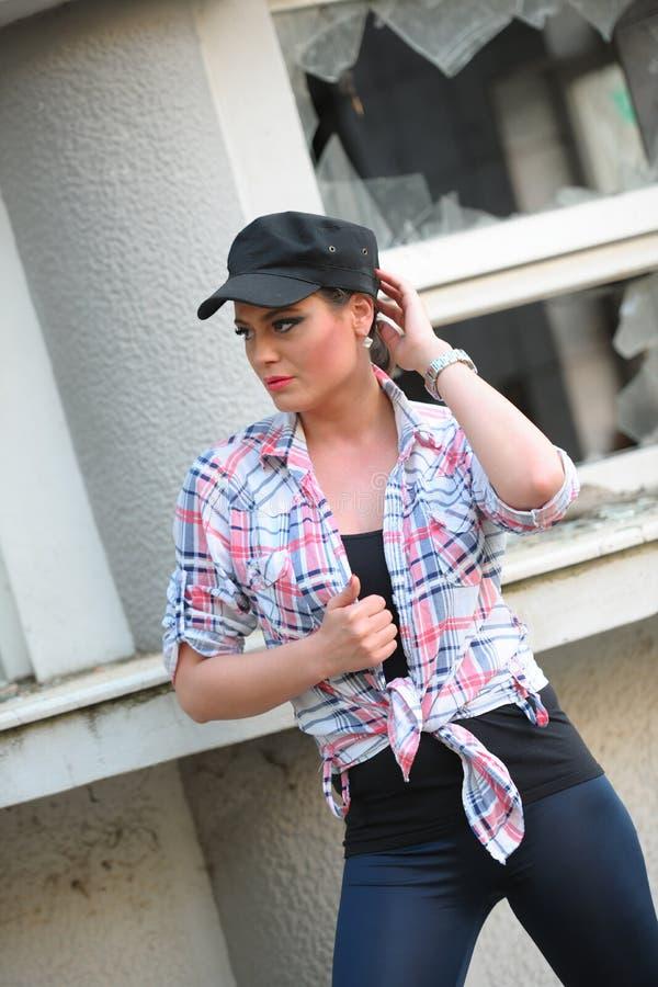 Dziewczyna z kolorową koszula, leggings i nakrętką na głowie, imaginatively widzii zdjęcie royalty free