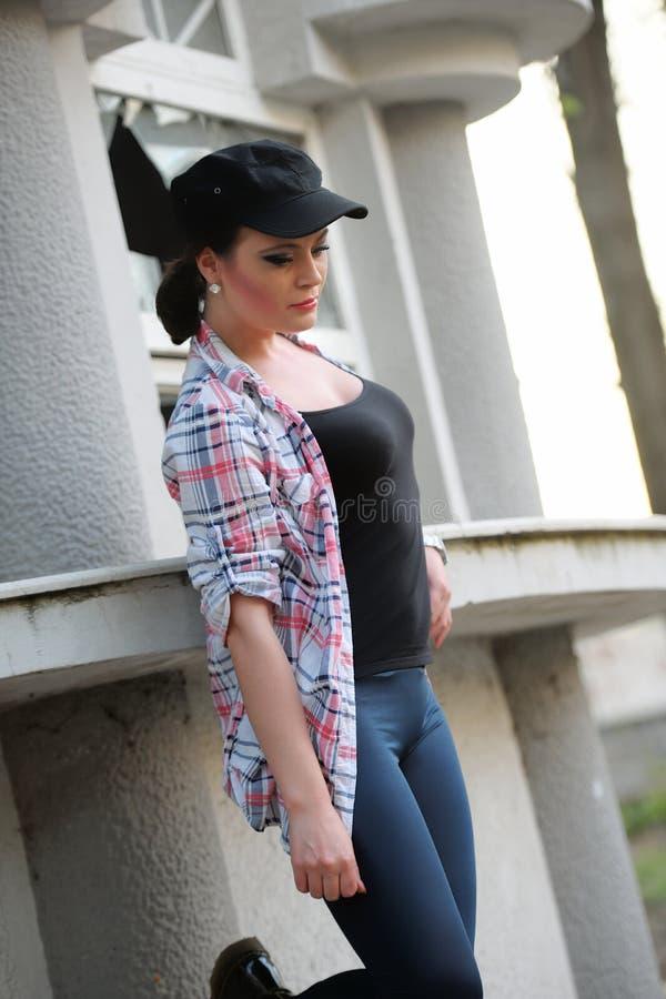 Dziewczyna z kolorową koszula, leggings i nakrętką na głowie, imaginatively widzii zdjęcia royalty free