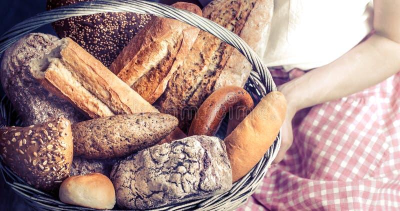 Dziewczyna z koszem świeży chleb zdjęcia royalty free
