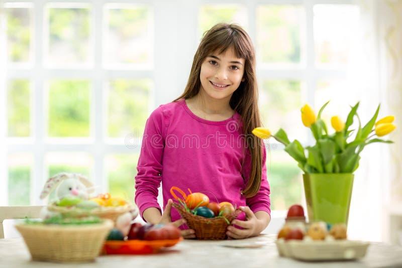 Dziewczyna z koszem Wielkanocni jajka zdjęcie stock