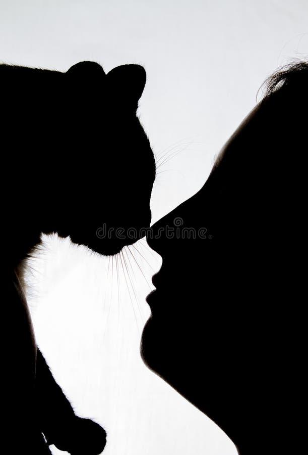 Dziewczyna z kota nosem ostrożnie wprowadzać - sylwetkę obrazy royalty free