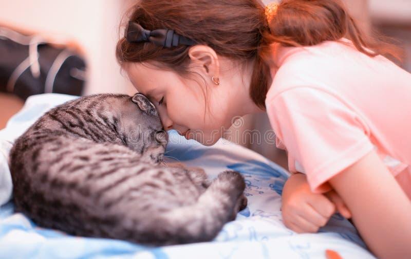 Dziewczyna z kotem obrazy royalty free