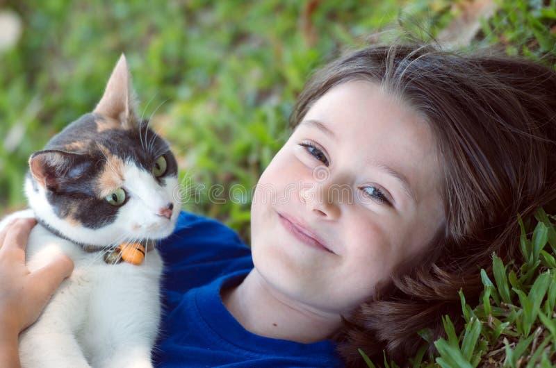 Download Dziewczyna z kotem zdjęcie stock. Obraz złożonej z uśmiech - 28214754