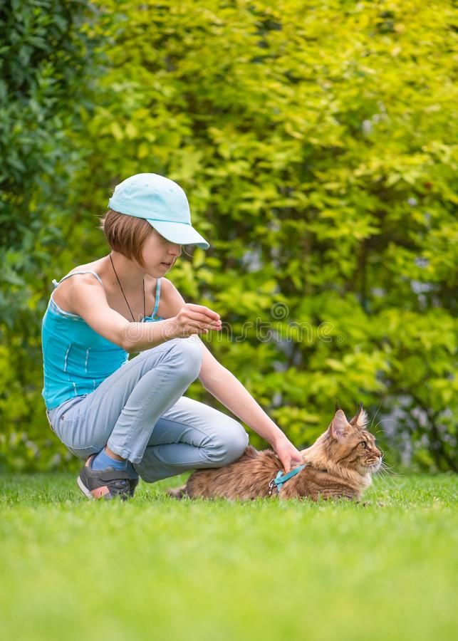 Dziewczyna z kotem w parku zdjęcia royalty free