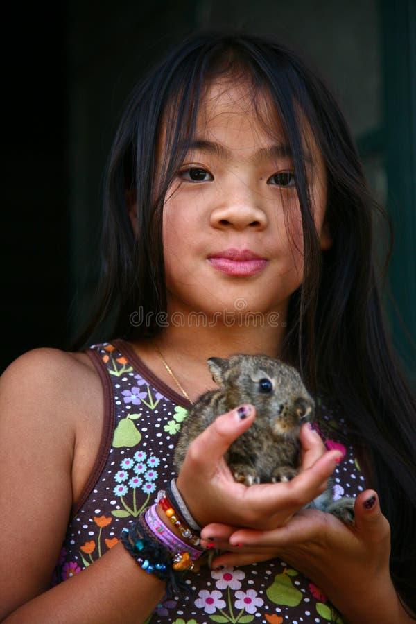 Dziewczyna z królikiem zdjęcie stock