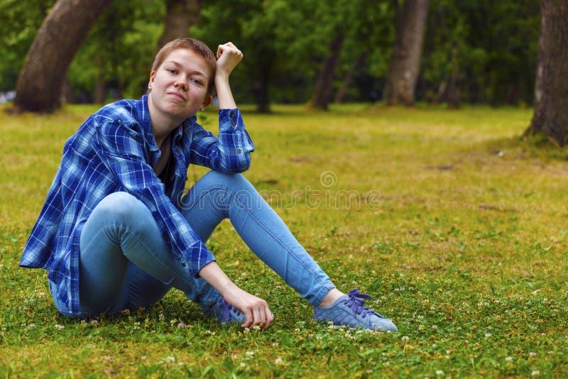 Dziewczyna z krótkim włosy w ogródzie zdjęcie royalty free
