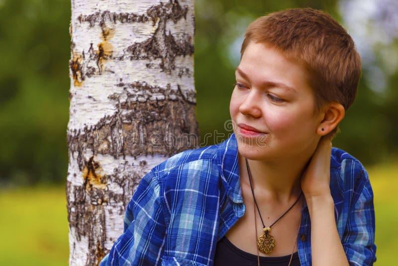 Dziewczyna z krótkim włosy w ogródzie obraz stock