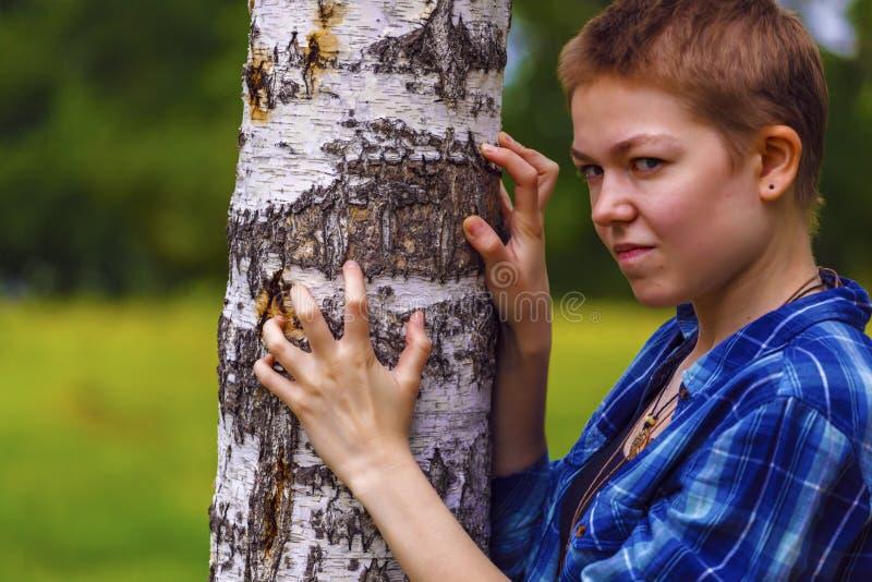 Dziewczyna z krótkim włosy w ogródzie zdjęcie stock