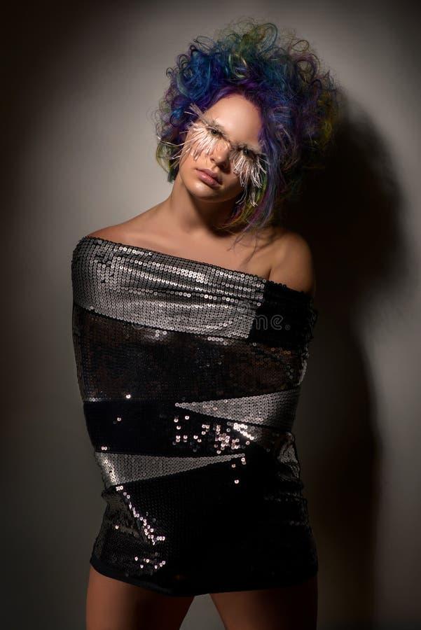 Dziewczyna z kreatywnie uzupełniał, bardzo tęsk, sztuczne rzęsy i fachowy włosiany koloryt zdjęcia royalty free