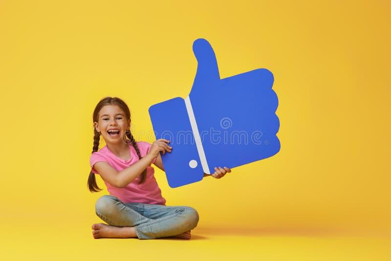 Dziewczyna z kreskówką lubi zdjęcie royalty free