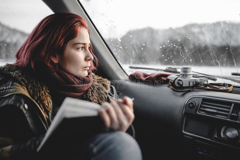 Dziewczyna z książką w samochodzie zdjęcia stock