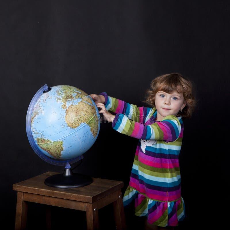 dziewczyna z kulą ziemską obraz royalty free