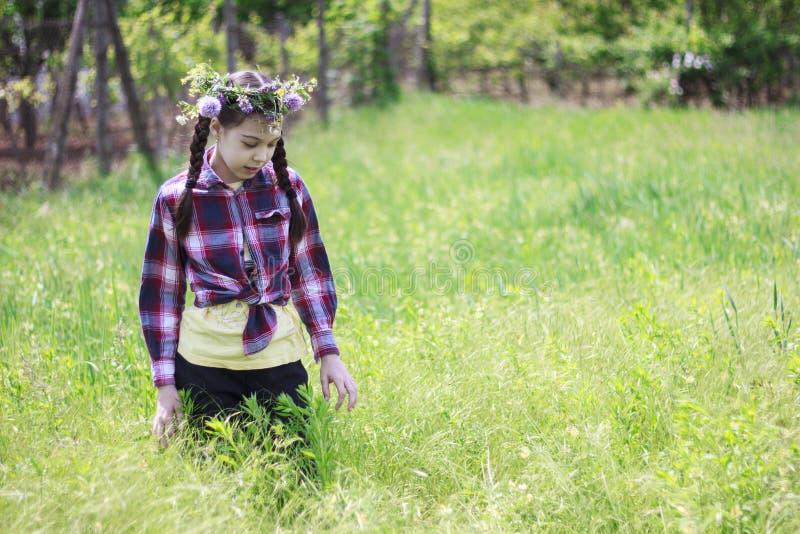Dziewczyna z kwiat koroną w ogródzie obrazy royalty free