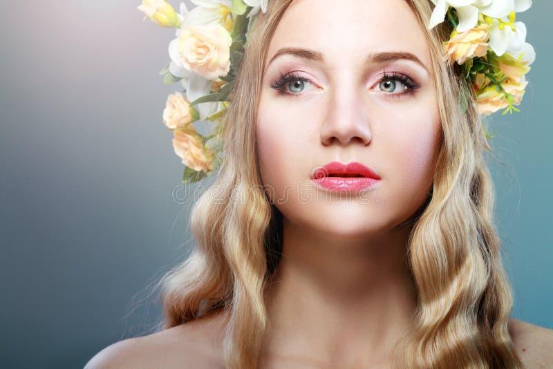 Dziewczyna Z kwiatami zdjęcie stock