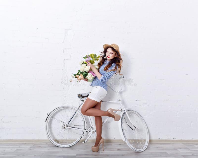 Dziewczyna z kwiatami i bicyklem obrazy royalty free