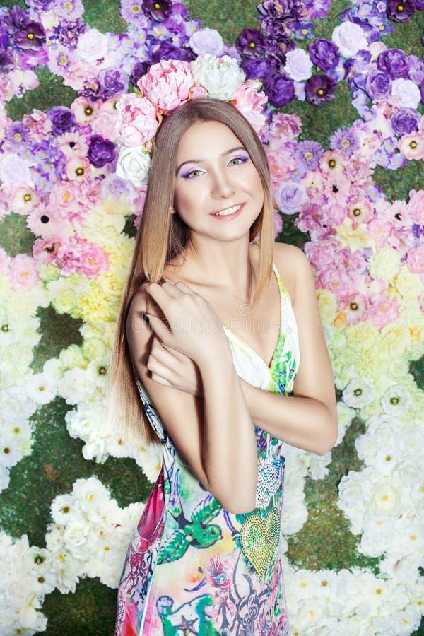 Dziewczyna z kwiatami na ona kierownicza. zdjęcia stock