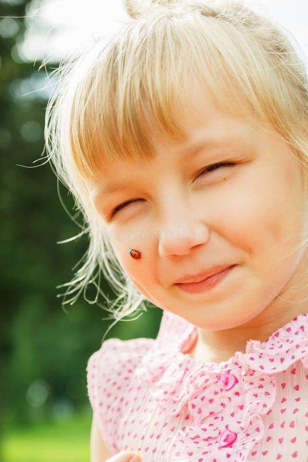 Dziewczyna z ladybird na jej nosie zdjęcie royalty free