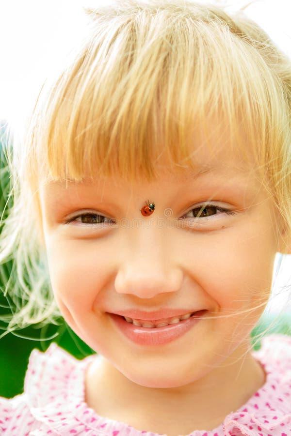 Dziewczyna z ladybird na jej nosie obraz royalty free