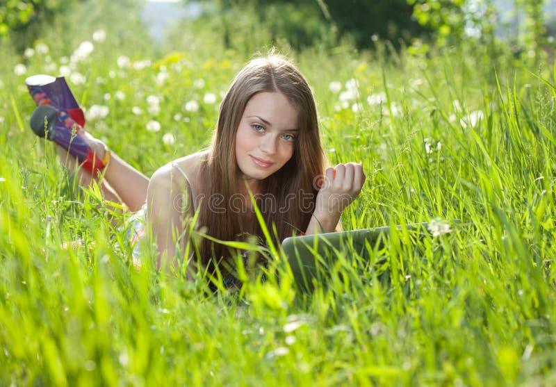 Dziewczyna z laptopem obrazy royalty free