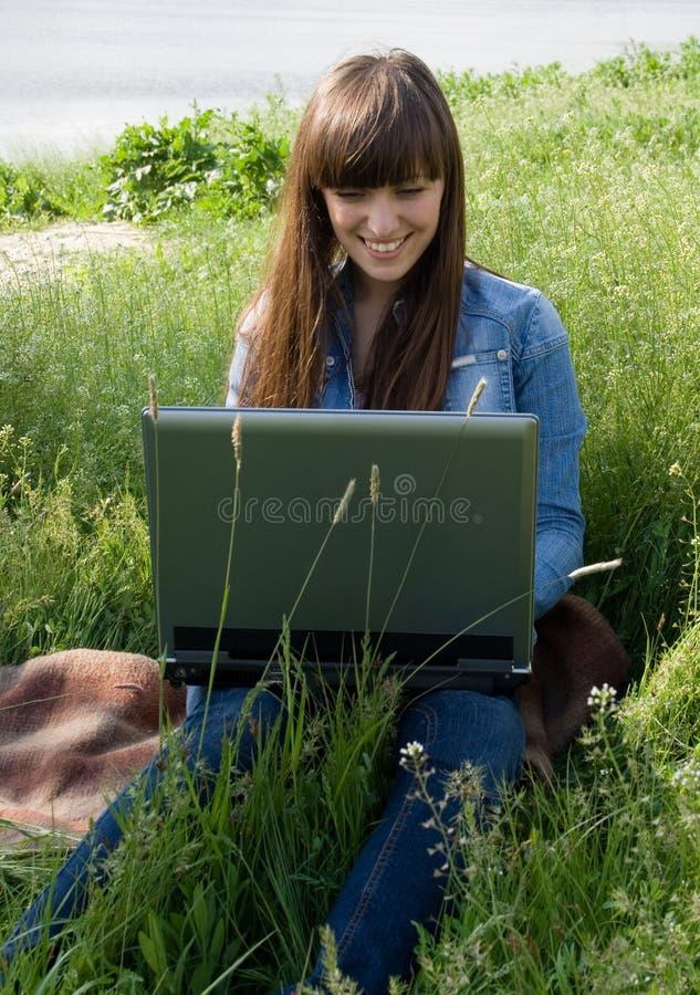 Dziewczyna z laptopem obraz stock