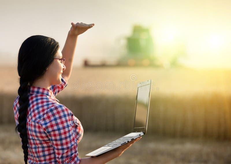 Dziewczyna z laptopem i syndykata żniwiarzem zdjęcie stock
