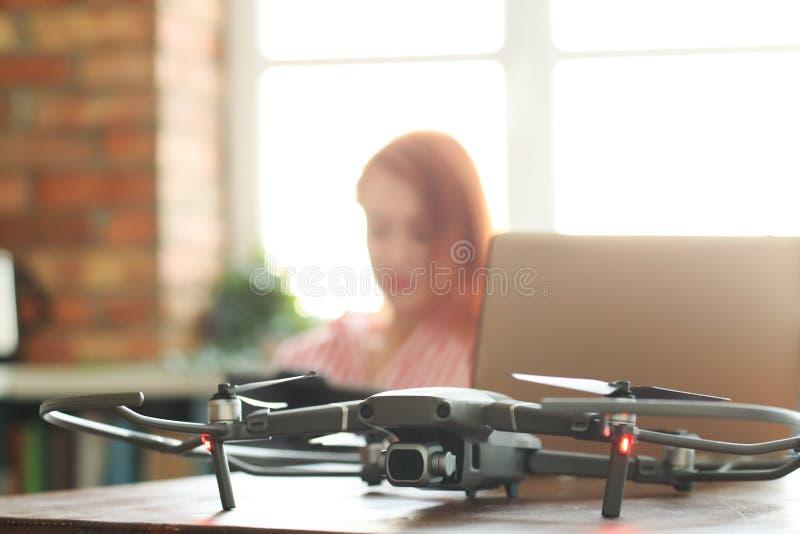 Dziewczyna z lataj?cym trutniem zdjęcie stock