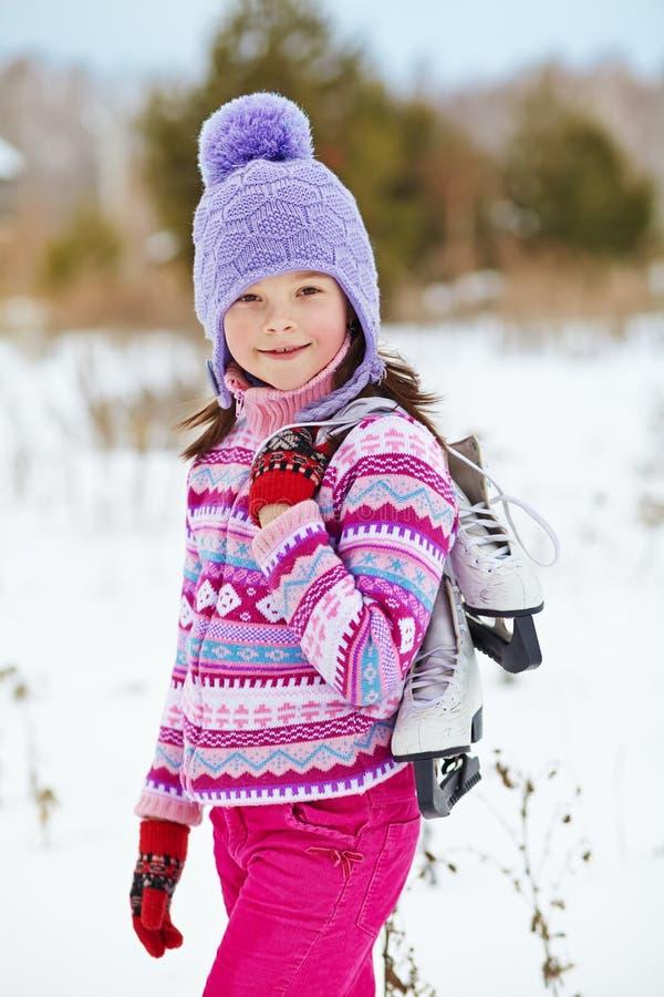 Dziewczyna z lodowymi łyżwami iść lodowisko zdjęcie royalty free