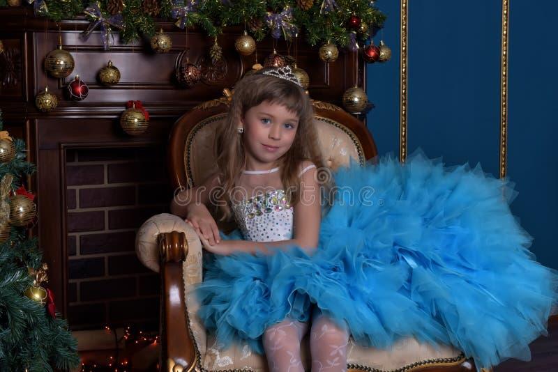 Dziewczyna z luksusową błękit suknią obraz royalty free