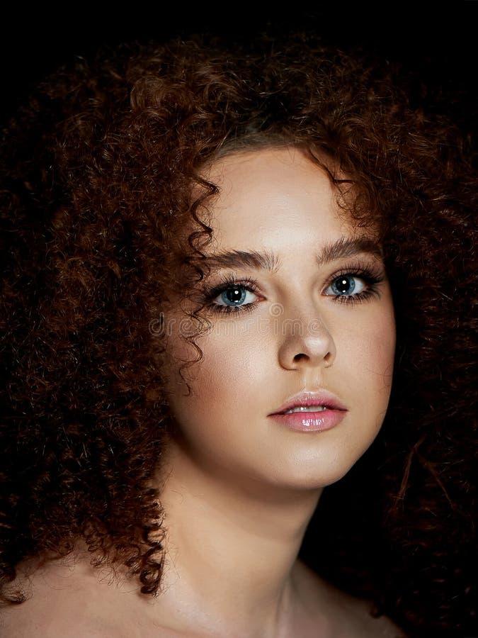 Dziewczyna z luksusowym kędzierzawym czerwonym włosy Delikatny makeup z sztucznymi rzęsami w lala stylu fotografia stock