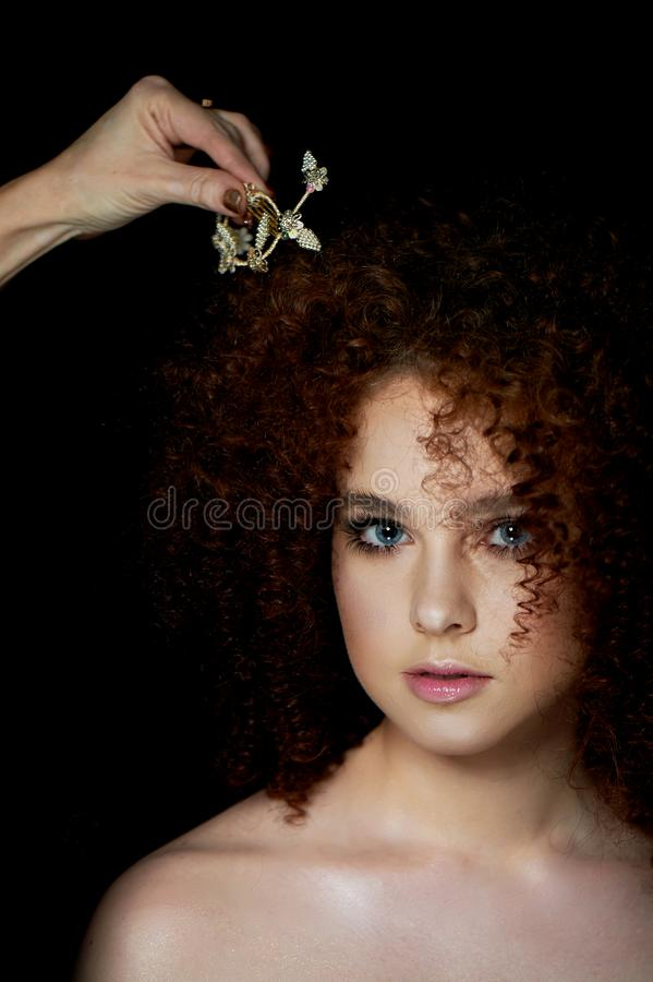Dziewczyna z luksusowym kędzierzawym czerwonym włosy Delikatny makeup z sztucznymi rzęsami w lala stylu Makeup artysta przystosow zdjęcia royalty free