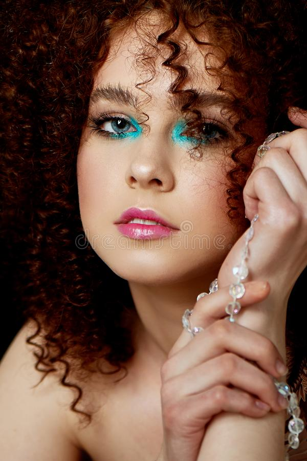 Dziewczyna z luksusowym kędzierzawym czerwonym włosy Delikatny makeup z sztucznymi rzęsami w lala stylu Na patroszonych nicianych zdjęcie stock