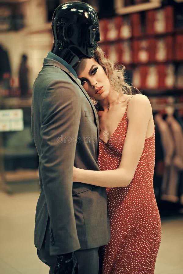 Dziewczyna z męskim mannequin w odzież sklepie, zakupy obraz royalty free