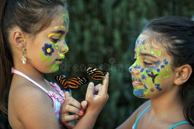 Dziewczyna z malującymi motylami i twarzą obraz royalty free